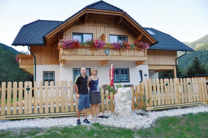 """Marianne und Erich Reith vor ihrem """"Steirerhaus"""" in Donnersbachwald"""